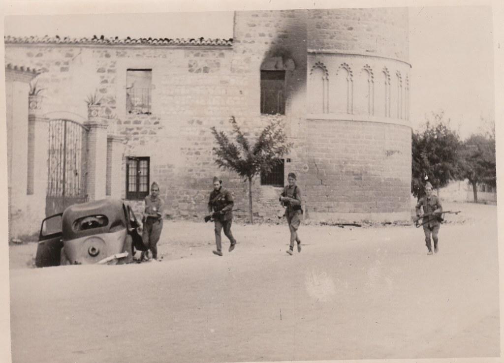 Tropas nacionales entran en Toledo junto al ábside del Hospital de San Lázaro. Colección Luis Alba. Finales de septiembre de 1936.