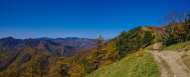 山頂の避難小屋を捉えた、、左奥には奥秩父最深の山々