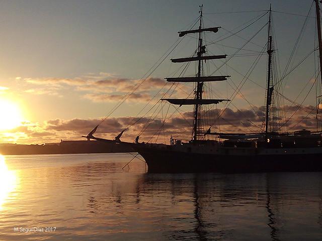 Amanece sobre el barco. Puerto de Mahón