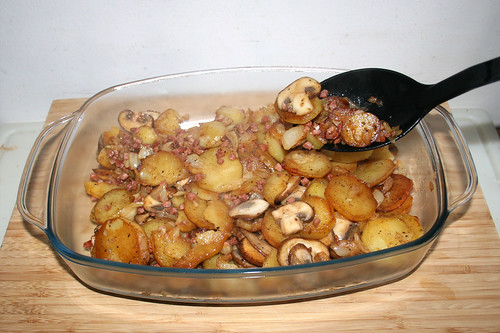 33 - Bratkartoffeln in Auflaufform füllen / Fill roast potatoes in casserole