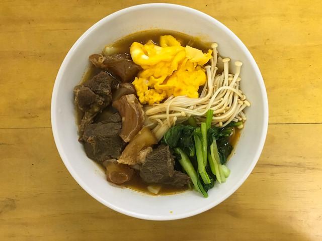 自己加了蛋花、金針菇、油菜@麻神牛肉麵