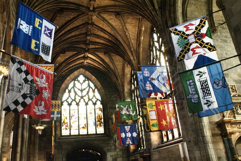 A l'intérieur de la Cathédrale Saint Giles à Edimbourg avec les représentations des différentes familles aristocratiques écossaises (j'imagine ?).
