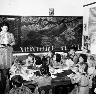 Interned Japanese-Canadian children attend a local school, Picture Butte, Alberta / Enfants canadiens d'origine japonaise du camp d'internement à une école locale de Picture Butte (Alberta)