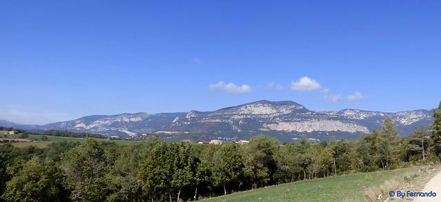 Solsonès 2017 - Exc 04 - Del Cardener a Riard -11- Pla de Riard -02- Panorámica de Roca de Puig Sobirà, la Feixana y Roca de Canalda -01-