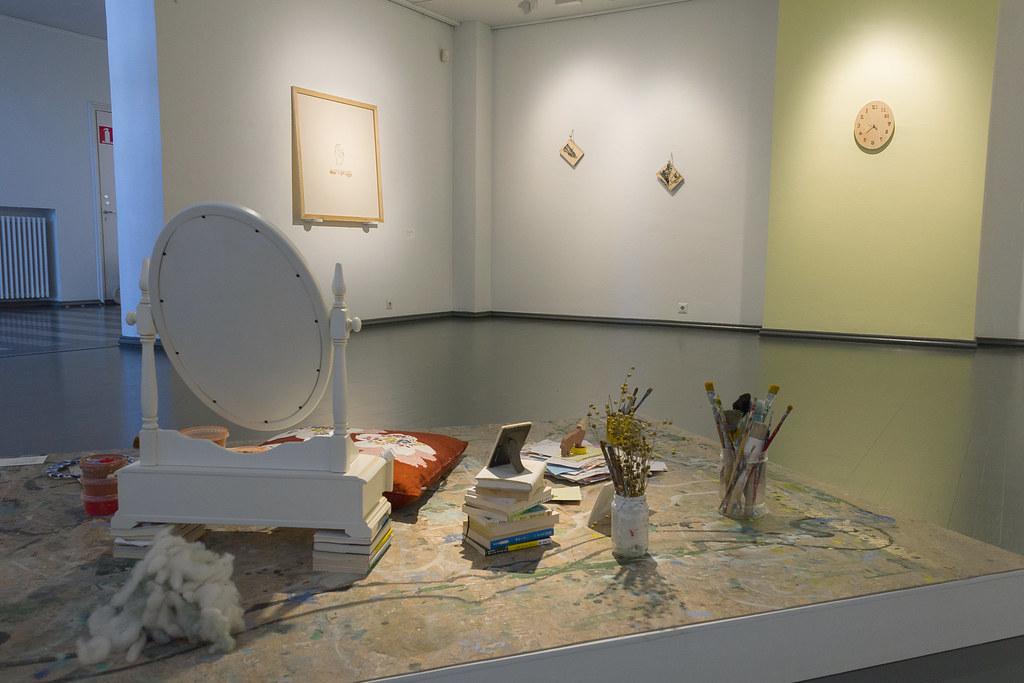 3. Taitelijan huone installation view 2