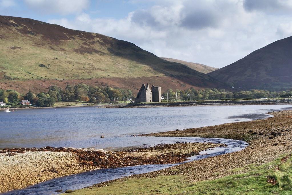 Chateau en ruine et inspiration possible pour l'île noire de Hergé. A Loch Ranza au nord de l'île d'Arran en Ecosse.