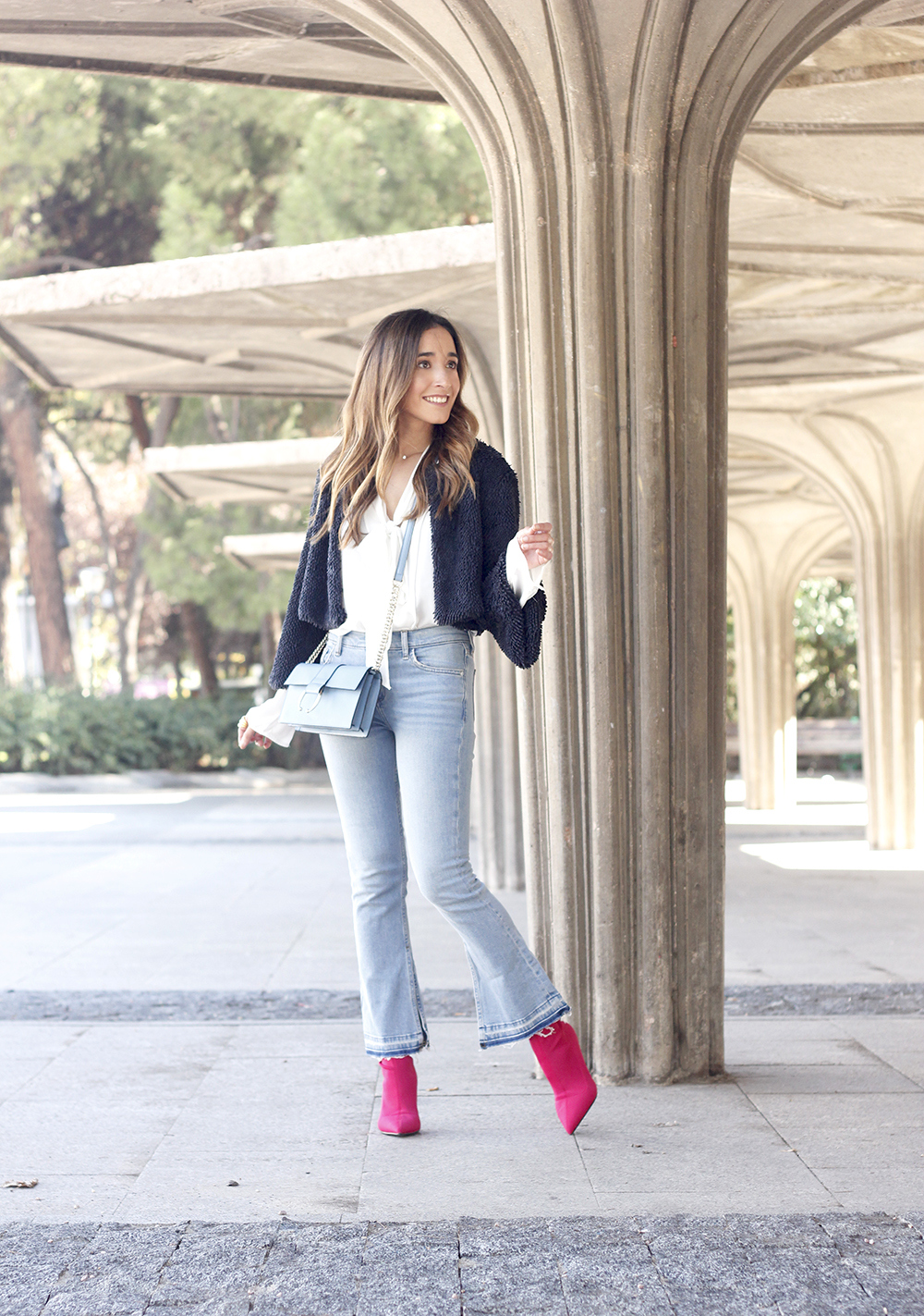 fucsia ankle boots flared jeans suede chaquet uterqüe white shirt outfit trend fashion06