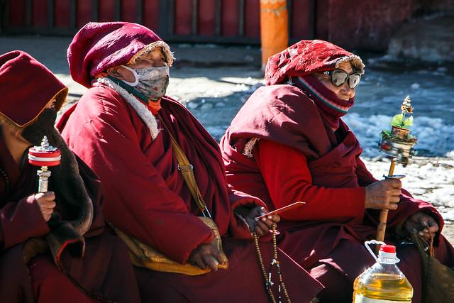 Elderly nuns in Yarchen Gar アチェンガルゴンパ 年配の尼僧たち