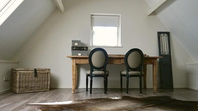 Bovenkamer tafel met stoelen