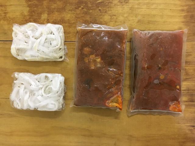 每組麻神牛肉麵裡有兩份牛肉麵,兩包麵+兩包湯底(含牛肉牛筋)@麻神牛肉麵