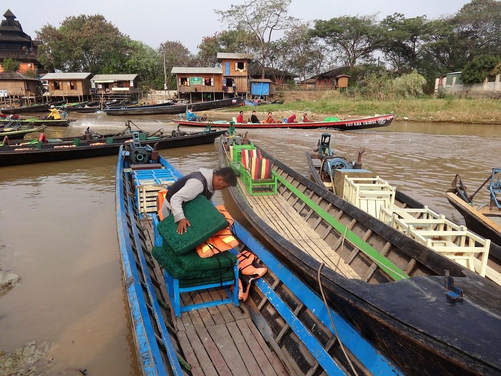 Przygotowania do wypłynięcia na Jezioro Inle, Birma