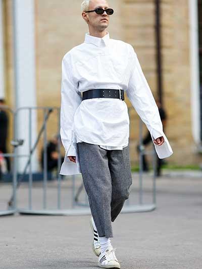 白デザインシャツ×ウールパンツ×adidasスーパースター