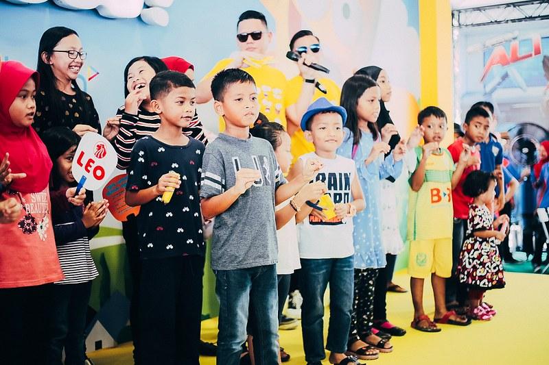 Kanak-kanak mengambil bahagian dalam aktiviti yang dikendalikan di booth Bananana Land
