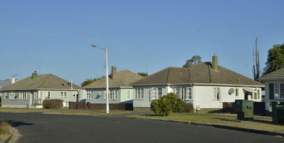Triste Straße mit Sozialwohnungen in Neuseeland