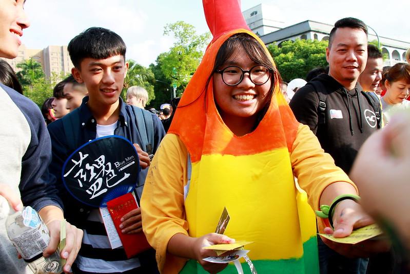 許多民眾自製創意貼紙、布條,也發放各式彩虹旗幟,四處分享,讓小小的心意收進另一個口袋。
