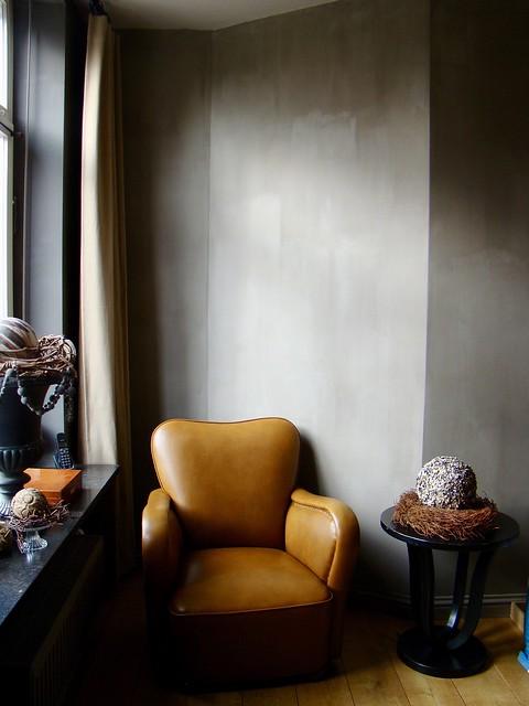 Leren fauteuil kalkverf muur