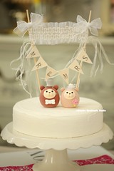Otters bride and groom with cake banner wedding cake topper, cute animals wedding cake decoration ideas
