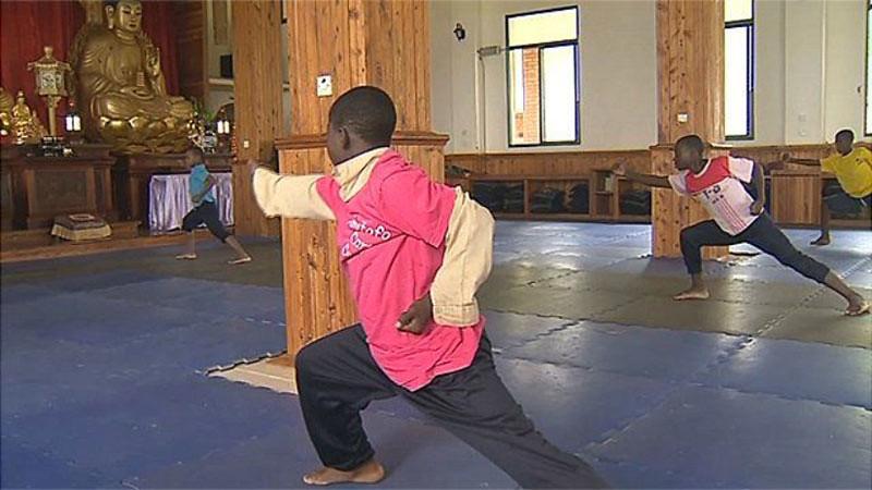 Anak-anak asuhan Amitofo Care Center di Malawi berlatih kung fu.