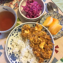 curry friday❤︎ ・ ・ ・ #鯖缶ドライカレー #豆腐 #プーアル茶 #柿 #紫キャベツ #ピクルス #大阪 #drycurry #tofu #mackerel #persimmon #purplecabbage #pickles #puertea #osaka #japan #rice #米 #カレー #curry