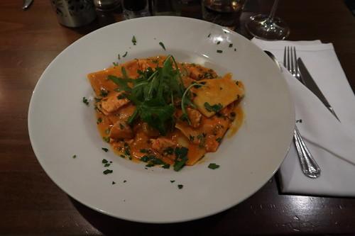 Mit Ricotta gefüllte Nudeln in einer Soße mit Lachs, Krabben und grünem Pfeffer