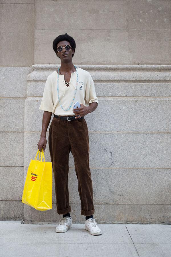 アイボリーヘンリーネックTシャツ×ブラウンコーデュロイパンツ×白ローカットスニーカー
