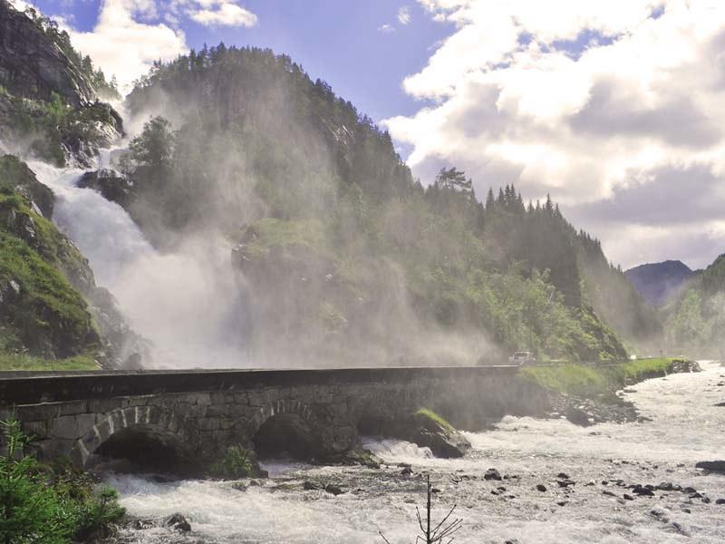 Carretera Turística Nacional de Hardanger a su paso por la cascada de Låtefoss