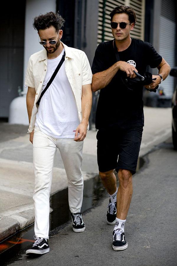 白半袖シャツ×白Tシャツ×白パンツ×VANS OLD SKOOL黒&黒Tシャツ×黒ショートパンツ×VANS OLD SKOOL黒