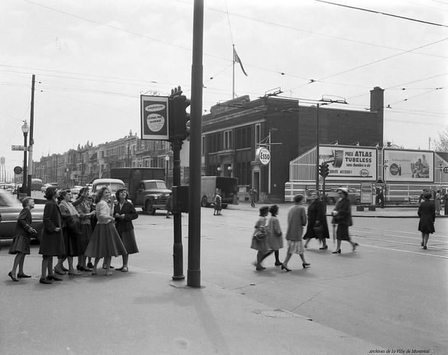 Petite-Patrie. Rue Saint-Denis (intersection de Beaubien). 1955. VM94-Z571-006. Archives de la Ville de Montréal.