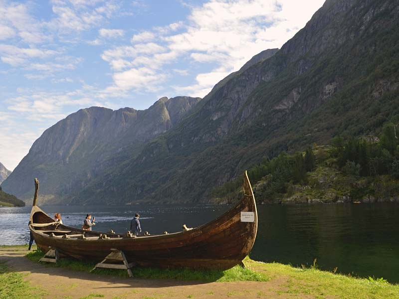 Barco vikingo anclado en Gudvange,  junto al Nærøyfjord