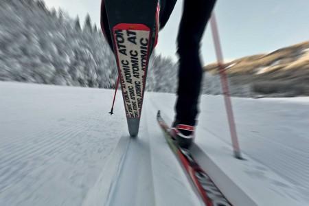 """Vytvářet nové kvalitní závodní lyže znamená neustálé testování. Díky tomu, že firma Atomic sídlí přímo vsrdci Alp, má ktomu ideální podmínky hned """"za dveřmi"""". Spomocí nejlepších světových běžců na lyžích Atomic vy..."""