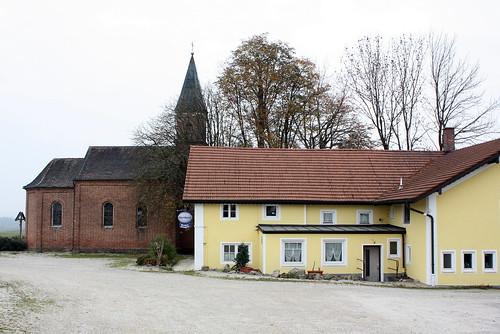 Für seelisches und leibliches Wohl: Katholische Nebenkirche St. Maria (erbaut 1868) und Wirtshaus Häringbräu in Prienbach