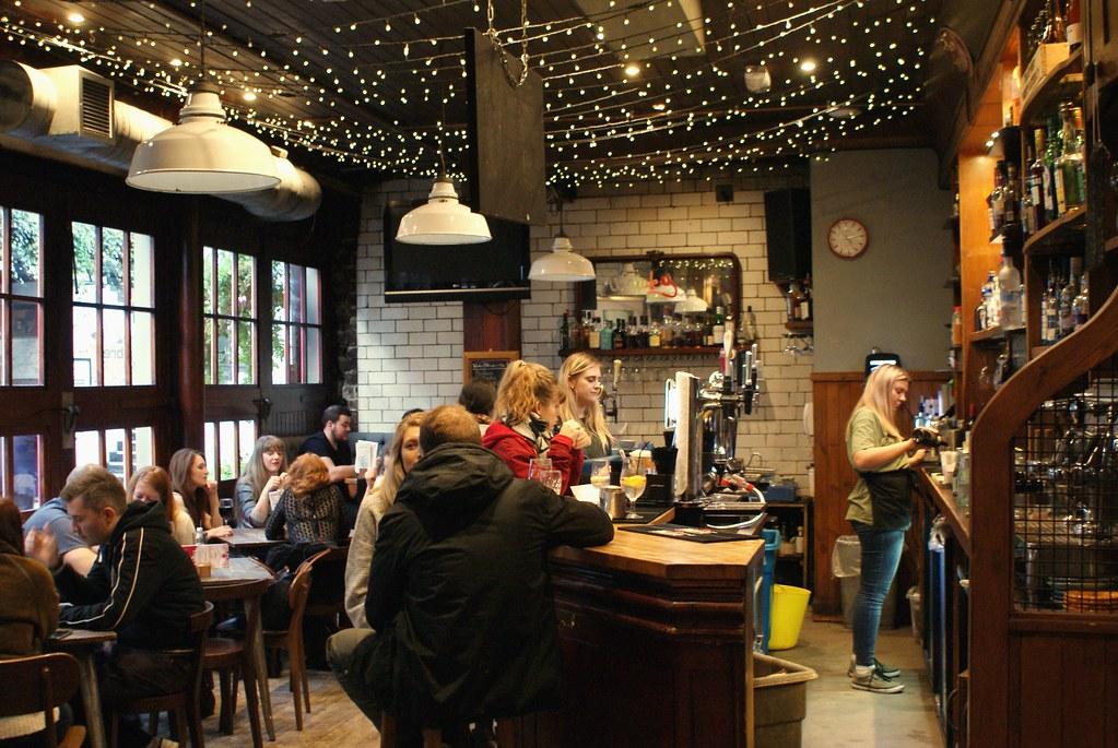 Dans le café Brel sur Ashton lane à Glasgow.