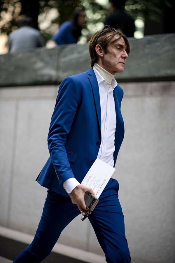 青スーツ×白シャツ×白ハイネックニット