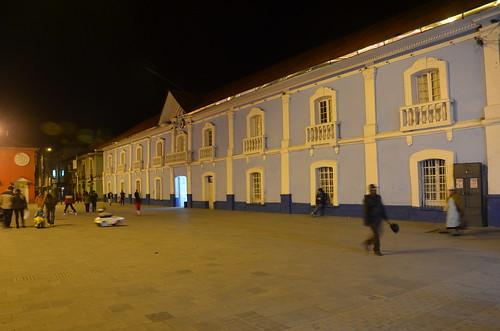 Nachtaufnahme einer Kolonialfassade Punos.