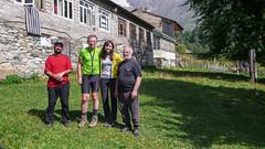 Przed domem we wiosce Zeskho: syn gospodarza, Tomek, Monika i gospodarz.