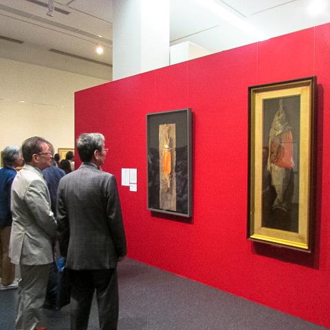 鮭を描いた高橋由一と磯江毅の作品が並んで展示された会場 (姫路市立美術館)