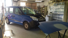 Opel en préparation peinture, réparations du capot et sur l'avant du véhicule. Carrosserie inter-union - 53 route de suisse, 1295 Mies Tél.022 755 45 30 - Fax. 022 779 03 28 Site internet: www.interunion.ch