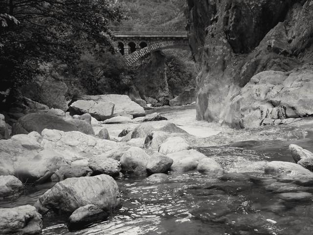 Le vieux pont.. The old bridge...
