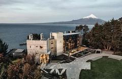 Отель AWA с поразительным архитектурным дизайном и прекрасным расположением на берегу озера, является уникальным сооружением и отличной базой для изучения природного разнообразия озера Llanquihue (Чили).