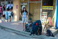 Monika i nasze bagaże przed hotelem w Kutaisi.