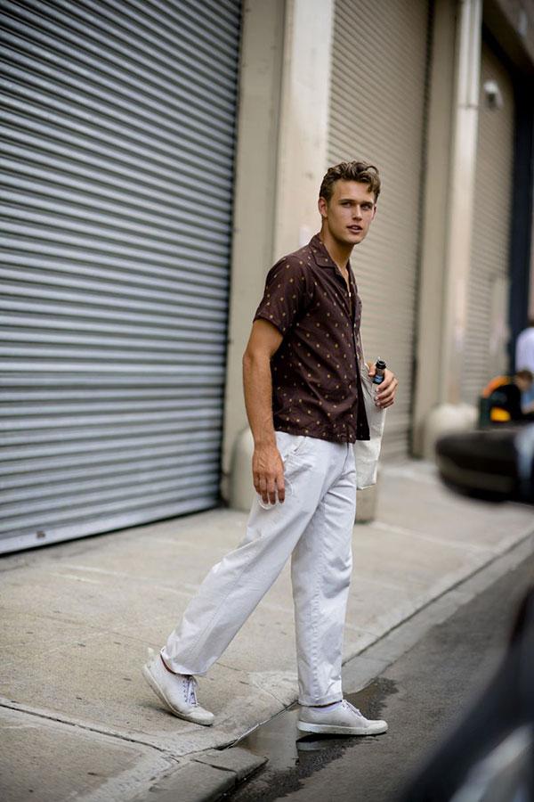 ブラウン半袖シャツ×白パンツ×白ローカットスニーカー
