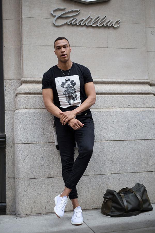 黒Tシャツ×黒パンツ×白ローカットスニーカー