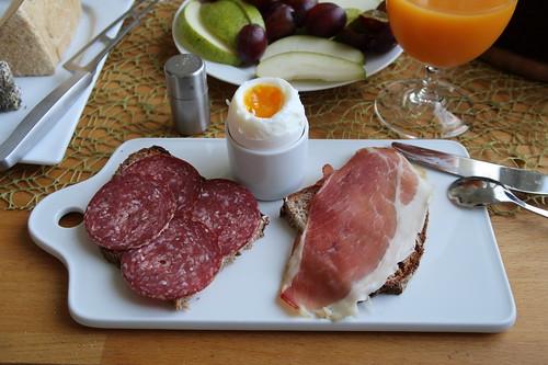 Rindersalami und Schinken auf Holzofenbrot zum Frühstücksei