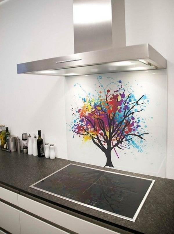 Vách kính cường lực vừa có tác dụng trang trí như một bức tranh vừa chống bám bẩn lên tường bếp khi nấu nướng