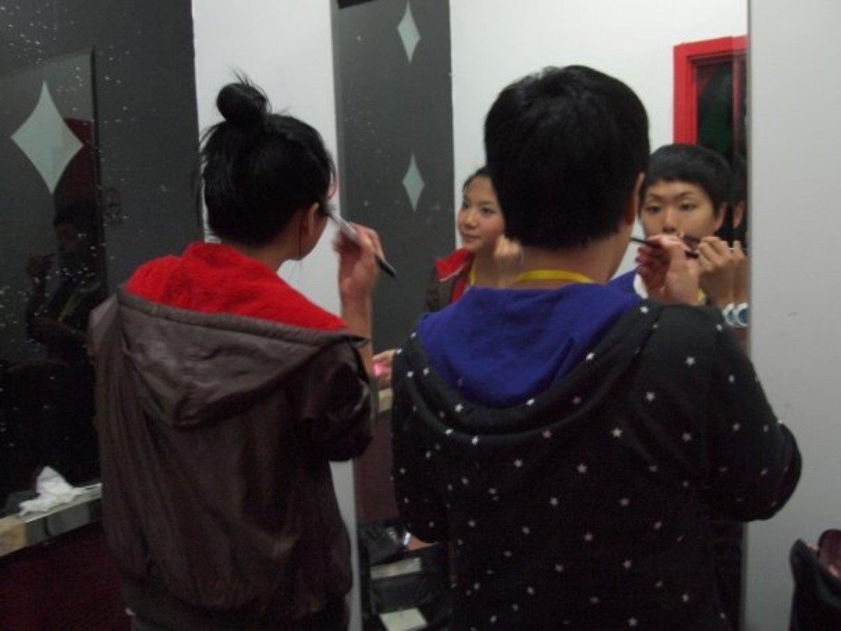 2009 年,人山人海十周年音樂會前,at17 自己替自己化妝。(圖:at17 facebook)