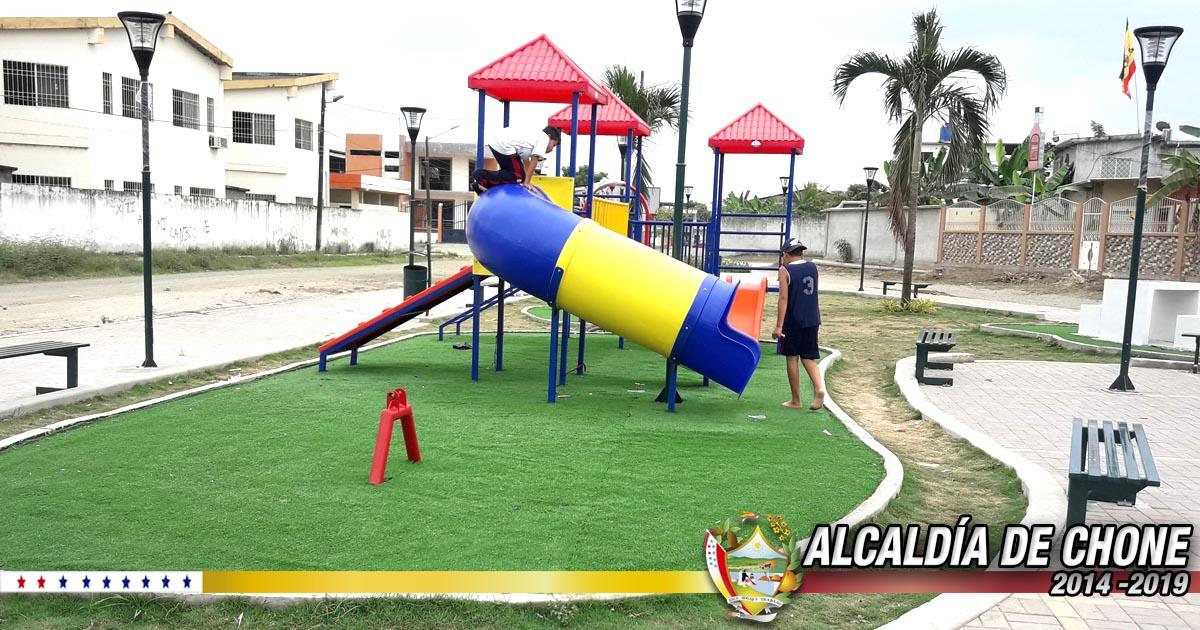 Realizan instalación de la glorieta en el parque Abdón Calderón de Chone