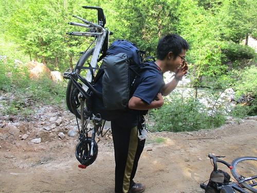 ザックに自転車を括り付けていく(しんどくてすぐやめた)
