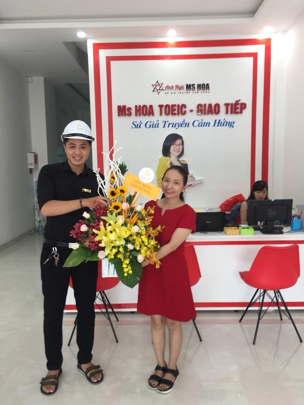 Mr Hải đại diện Cty Gold Link tặng hoa Khai Trương trung tâm anh ngữ Hoa Nguyễn