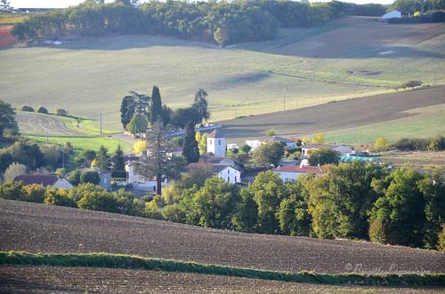 Pléchac, le petit village au creux des collines.