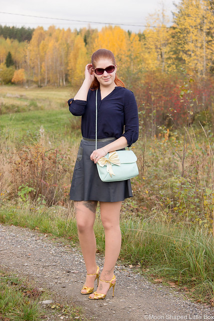 OOTD My Style Fashion styleblogger Esprit Shirt Ompelimo Rokita Nahkahame Leatherskirt Gucci Heels Cobblerina Bag Fashion blog Finland Golden heels
